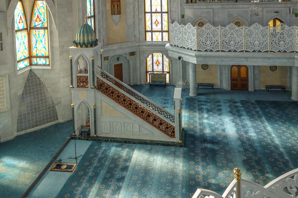 Внутри мечети в Казани